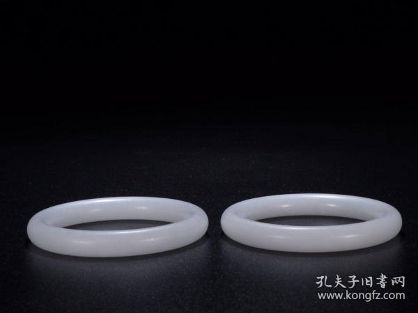 A pair of Hotan jade bracelets Size: Caliber 6.1cm Total weight 125.8g. Brief introduction: Fine jade, whiteness of first class, high density, smooth and shiny, full body, simple and elegant carving, full of charm, wear Jiapin.