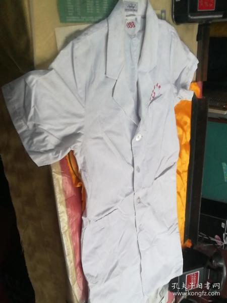 The white coat of the professional is 90% new.