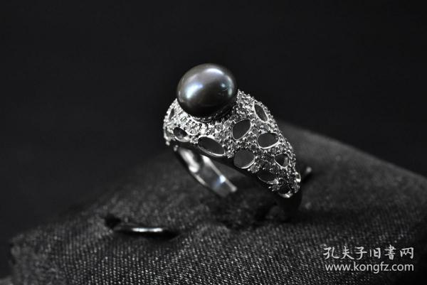 (Vd2212) A well-preserved 925 sterling silver ring. Total weight of pearls embedded on the 925 silver support: 4 grams of pearl diameter: 9 mm. Ring inner diameter: 17.5 mm. High-grade natural pearls are translucent, bright and translucent. They have elegant temperament and symbolize health and purity. Richness and happiness have been loved by people since ancient times.