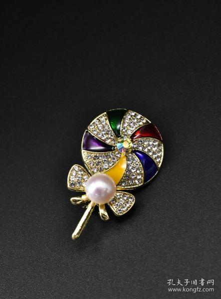 """(V5194) """"Pearl Brooch"""" 1 brooch inlaid with pearls 1 pearl size 8.7MM Brooch, also known as brooch is a kind of jewelry that uses hooks to be attached to clothes. It can also be considered as a decorative pin. It is generally a gem with a metallic texture. Enamel, etc. can be used for pure decoration or as a function of fixed clothes. Weight 8.67g."""