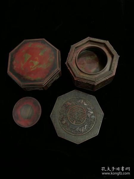 The red silk stone is warm, and the utensils are composed of 4 parts: cover, body, heart, and base The hollows of the hollowed out part are used to bloom the water in the winter when rubbing the ink, which can be used to prevent the weather from being too cold and freezing.砚 心 天 然The base is hollow and carved. Falling money: Shangyan 鎏. 15.5 centimeters in length, 15.5 centimeters in width, and 12.5 centimeters in thickness.