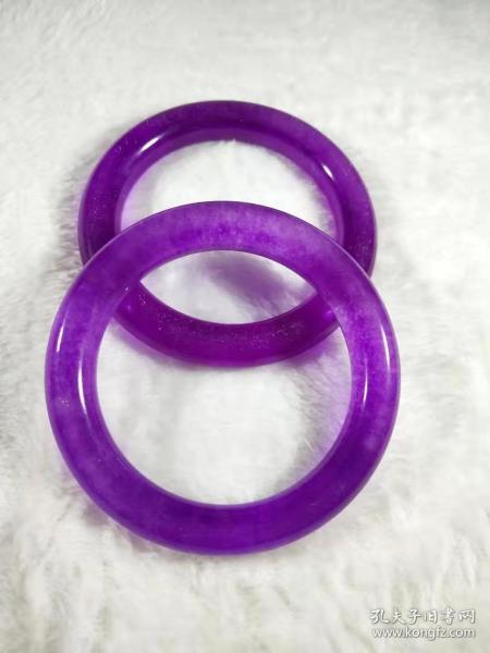 精品翡翠紫罗兰手镯一对,包浆厚重,冰种化底,水头足,传世精品,无磕无碰,品相完整,成色如图