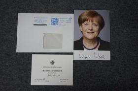 "110d07  德國歷史上首位女總理、現任政府首腦(2005-) 德國鐵娘子 歐洲女王 4次出任德國總理 《時代》周刊""年度風云人物""《福布斯》全球最具影響力的女性排行榜第1位 《福布斯》全球最有權力的人物排行榜第2位 入選""全球十大思想者"" 物理學博士——安格拉·默克爾(Angela Merkel) 親筆簽名 官方照片卡片1張 附贈實寄封"