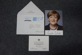 "110d13 德國歷史上首位女總理、現任政府首腦(2005-) 德國鐵娘子 歐洲女王 4次出任德國總理 《時代》周刊""年度風云人物""《福布斯》全球最具影響力的女性排行榜第1位 《福布斯》全球最有權力的人物排行榜第2位 入選""全球十大思想者"" 物理學博士——安格拉·默克爾(Angela Merkel) 親筆簽名 官方照片卡片1張 附贈實寄封"