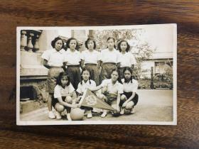 民國中華中學雁社女子籃球隊合影照片 一張,背面有人名排序,尺寸:13.8*8.5cm