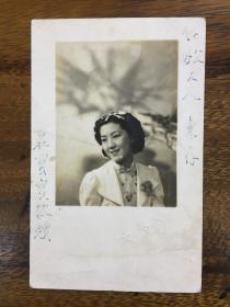 已故著名蘇劇演員莊再春(1921-2005)【藝名莊寶寶】民國27年原版簽名照片,尺寸:14*9cm