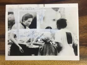 宋美齡與戰爭孤兒在一起-美國原版新聞照片,1940年11月15日發行,尺寸:21.5×16.7cm,背面是英語新聞報道。報紙上采用的宋美齡頭像就是用這張照片制版的,十分難得。