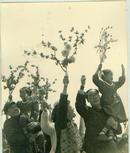 新华社展览图片[50年代]劳动人民手举鲜花 宽 25cm长16cm