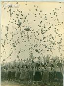 新华社展览图片[50年代] 少先队员放飞气球宽 25cm长16cm