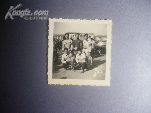 【文革老照片】串连红卫兵戴红袖章、拿红宝书在北京天安门广场合影