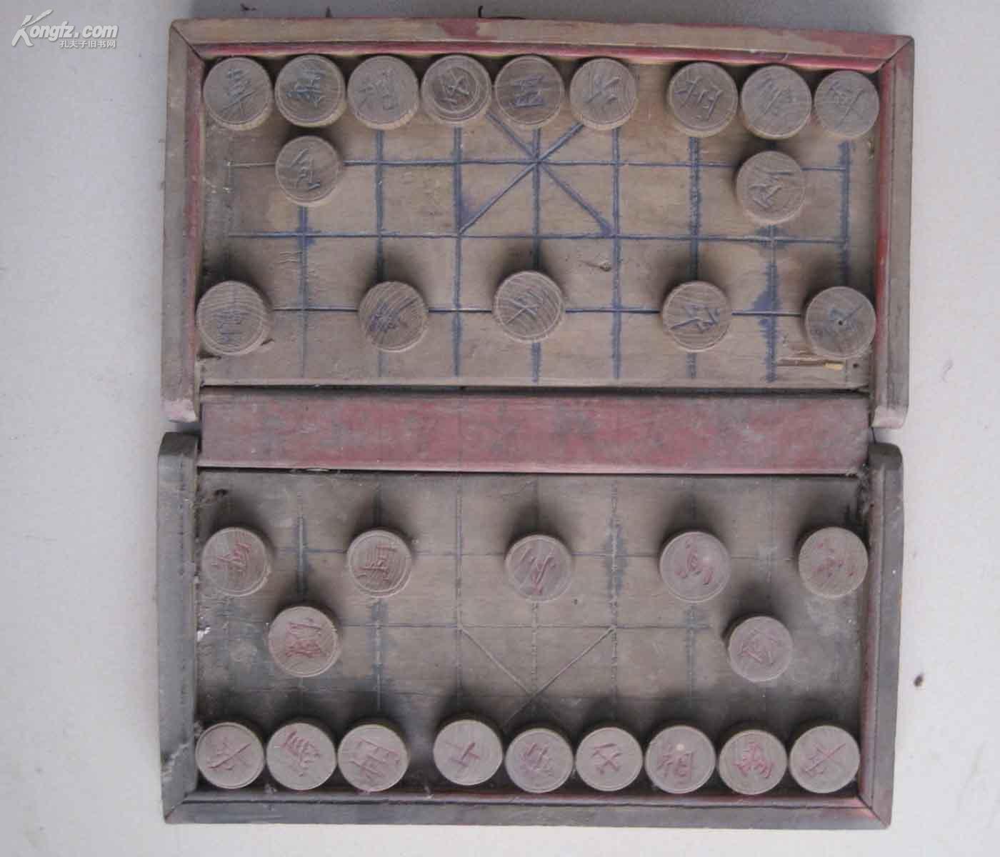 一副木制老象棋  盒尺寸为18*35cm  棋子的尺寸为直径3.4cm  棋子全