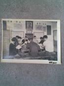 文革老照片:在挂有毛主席像和标语下认真学习