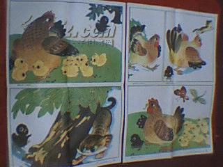 老画家武奎英创作的童话故事组画:母鸡和小鸡(此组画由两张对开画组成,共有5幅图:1、一只小黑鸡悄悄离开了鸡群;2、小花猫要吃小黑鸡;3、鸡妈妈赶忙跑过来救小黑鸡;4、鸡妈妈赶跑了小花猫;5、小黑鸡回到鸡群;1988年9月一版二印)