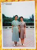老照片《江青与张玉凤生活合影》(翻拍)
