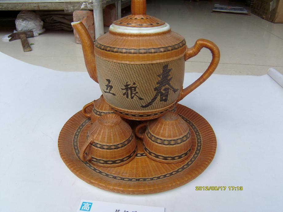 五粮春茶具一套(一把壶,4个杯子,1个茶盘,内瓷,外手工竹编,相当精细,实用美观)