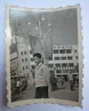 文革时期老照片(城市街道背景)1张(4.6*6厘米)
