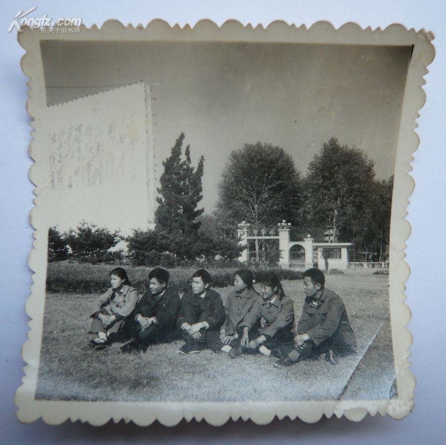 文革时期老照片(巨幅毛主席诗词背景)1张(6*6厘米)