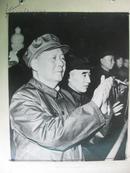 保真老相片:我们最敬爱的领袖毛主席和他的亲密战友林虎同志在天安门城楼上大幅像片