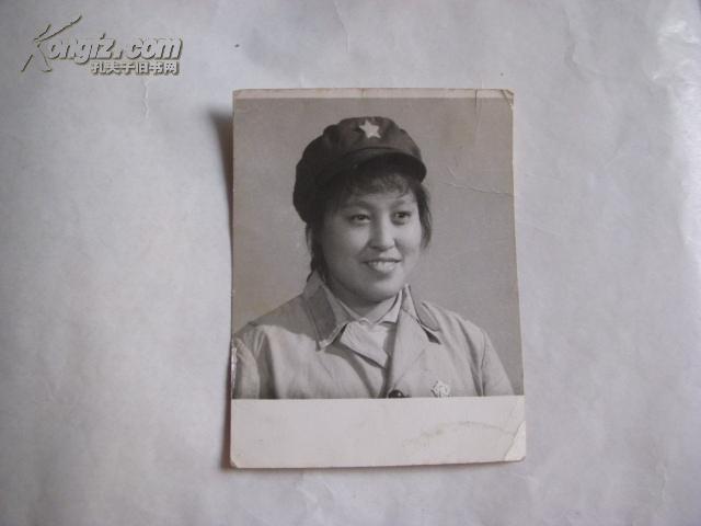 文革女青年穿军装照片(11x8.4cm 戴像章)