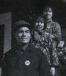 文革老照片:戴毛主席像章,三口之家