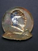 毛主席像章【1969年,喜迎九大,井冈山,宝塔山,天安门】金属章,太阳用喜字组成。