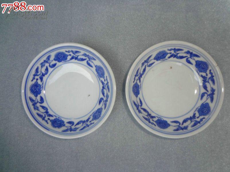 中国瓷都景德镇七十年代缠枝连理纹白地青花瓷瓷碟一对,青花发色纯正,颜色漂亮