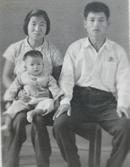 文革老照片:戴像章三口之家(布纹相纸)