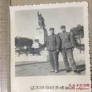 原版老照片`五角星军帽军人2人`辽沈战役纪念塔1975年`5.8*7
