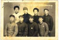 老照片:江西九江淳湖公社出席专区大会全体代表合影,戴毛主席像章71年1月15日