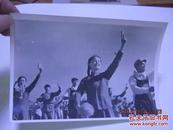 文革精品照片16X11CM 戴像章  举语录