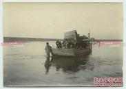 1902年陕西西安浐河桥附近运送马车交通工具摆渡过河老照片一张,11.6X8.3厘米