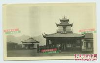 民国蒙古族信封佛教的牧民们在当地佛堂寺庙建筑前合影一张,14.6厘米X8.9厘米