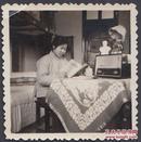 特殊年代的美女【闺房照】,毛像、收音机、学习毛主席语录,全是时代特色意象!