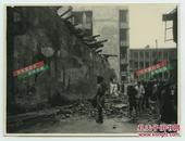 民国香港皇后大道遭遇台风气象灾害后损毁的街道房屋老照片,可见维持治安的印度配枪巡捕警察。14.7X11.1厘米