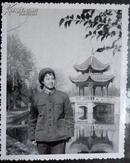 老相片,女战士单身像,在公园,后面是亭子8