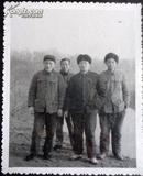 老相片,大队书记和社员们在河堤上合影6