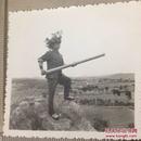 原版老照片`五角星军帽军人` 手拿训练用爆破筒头部戴草伪装  `6*5