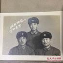 原版老照片`五角星军帽军人`战友留念3人合影1974年`7.6*5.6