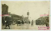 1920年代末期天津街道街景,可见驱逐鲍罗廷,铲除邪说的标语牌,中国历史上一件重要事件。路边可见惠发楼,应时饭馆,家常便饭,福兴成五金行等。81路有轨公共电车在行驶。13.2X8.1厘米