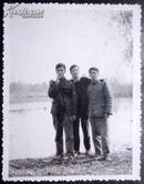 老相片,朋友三个在河边合影13