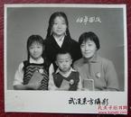 【文革老照片】美女,毛主席像章、红宝书——1968年。武汉东方摄影~