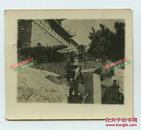 1945-1946年山东青岛水族馆前泳装女子和旗袍女子二人合影老照片,泛银。尺寸为5.7X5厘米