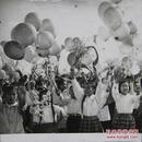 """""""上世纪五十年代上海女学生持花游行""""黑白照"""