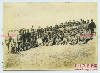 民国日军侵华时期汉奸与日军合影老照片,最可恨的就是这种人,其手臂上还停有一只鹰,有可能是旗人。16X11.5厘米