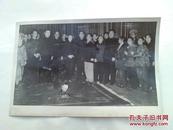 1959年 珍贵老照片《周总理贺龙和康生在北京怀仁堂接见湖南花鼓戏祁剧演员合影》品相如图