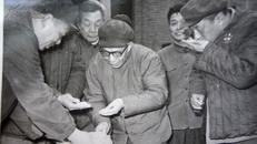 老相片,省领导在粮食加工厂考察工作19
