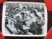文革老照片《纺织女工》