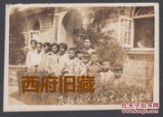 民国老照片,1936年南京新民小学合作社,娃娃服务员合影,民国学校特殊教育方式