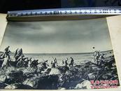 ★大东亚战争报道写真录之《1942年5月5日美军从菲律宾马尼拉湾科雷吉多尔岛撤退与日军登岛照片》1942年发行!尺寸为20:15cm!1942年5月5日摄制!背面贴详细说明单独页/品优!
