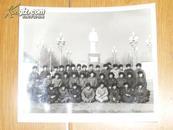 解放军胸带主席像章在毛主席塑象前合影  [文革照片]